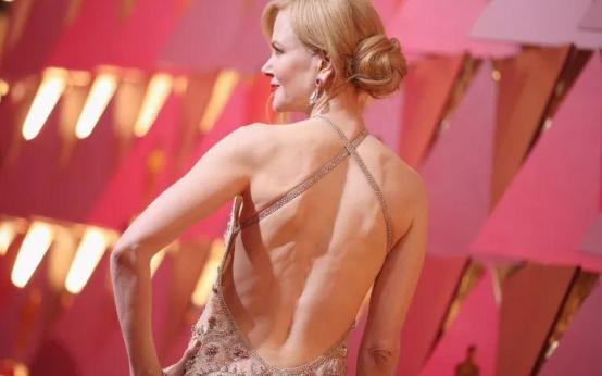 Что носят звезды под платьями на красной ковровой дорожке?